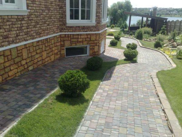 111 Инструкция по обустройству отмостки вокруг дома из тротуарной плитки своими руками