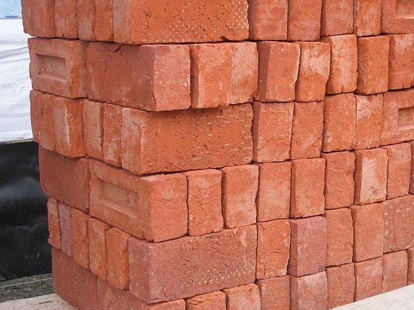 600px stapel bakstenen pile of bricks 2005 fruggo Какой облицовочный кирпич лучше керамический или силикатный. Сравнение керамического и силикатного кирпича