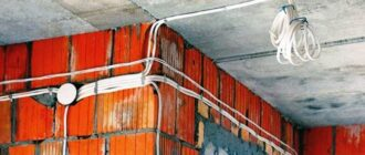 pravilnoe kreplenie kabelja k stene 2 Чем крепить кабель канал к деревянной стене?