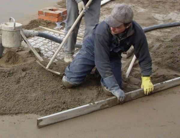 rabochij process Как подготовить деревянные полы под стяжку. Как правильно сделать стяжку на деревянный пол под плитку. О целесообразности использования полиэтилена